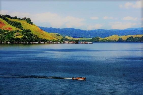 Tempat Wisata Papua Danau Sentani