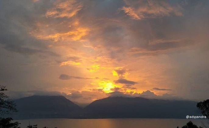 danau singkarak sedang sunset